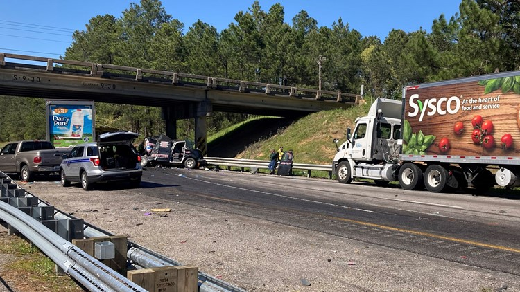 One dead after 5-vehicle crash on I-26 in Calhoun County